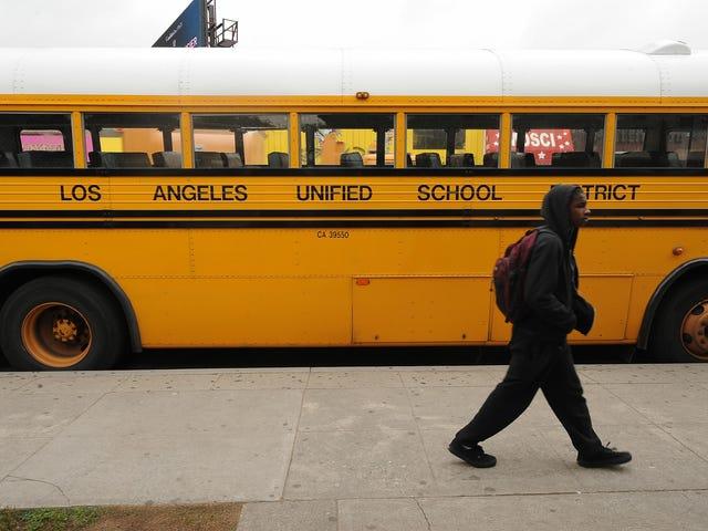 LA lukker alle offentlige skolecampusser som svar på Coronavirus;  NYC måler potentiel indvirkning af masseafslutninger