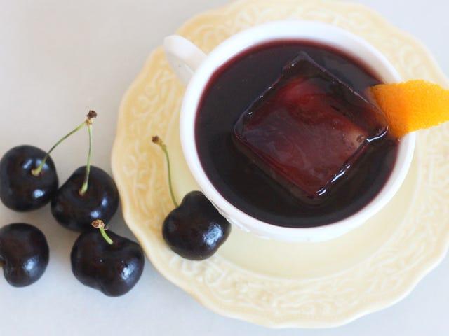 Mamahinga sa Weekend Sa Isang Maasim na Cherry Cocktail