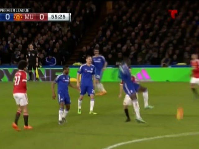 Chelsea's Kurt Zouma si allontana dopo una brutta ferita al ginocchio [Attenzione: grafica]