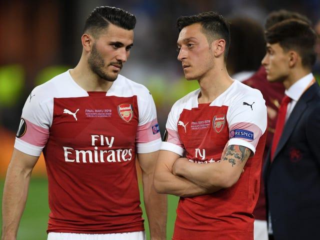 Mesut Özil e Sead Kolašinac estratti dalla squadra dell'Arsenal dopo la seconda minaccia alla sicurezza in tre settimane