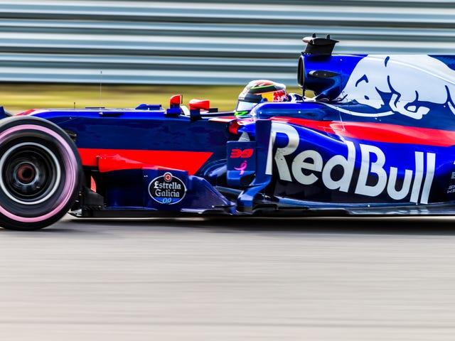 F1 Stand-In Casco de Brendon Hartley mantuvo tratando de girar hacia atrás en la cabeza