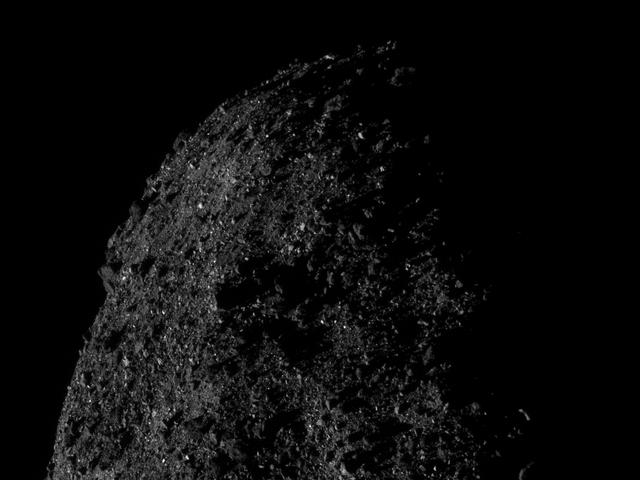 美国宇航局的OSIRIS-REx太空船从距离仅0.4英里的地方拍摄了小行星Bennu的惊人照片