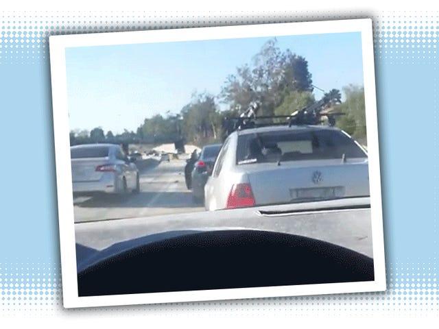 미치광이는 다른 드라이버를 공격하기 위해 고속도로 중간에 차를 멈 춥니 다.