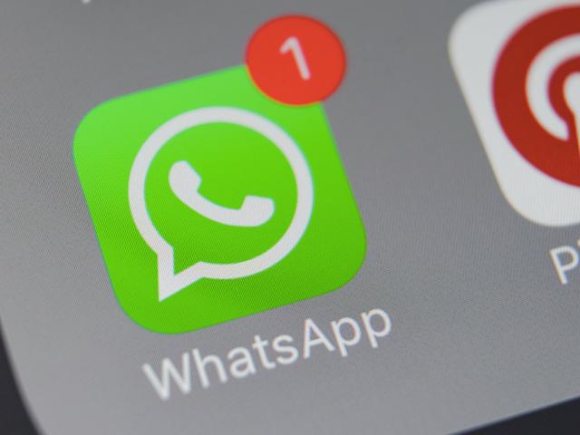 Para poner freno a las noticias falsas, WhatsApp limitará la cantidad de mensajes que puedes reenviar