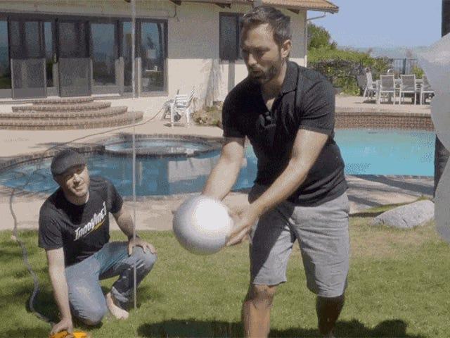 ¿Cómo es posè que sta pelota se mantenga flotando en el aire al borde de un chorro de agua?