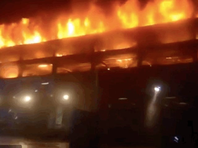 Land Rover Fire Funken Massive Flamme, die 1.400 Fahrzeuge zerstört