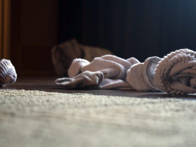 Un hombre acaba hospitalizado grave después de oler sus calcetines sucios todos los días al llegar del trabajo