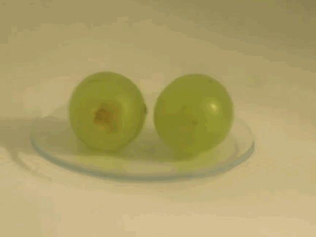Por qué las uvas producen ráfagas de plasma cuando las metemos en el microondas