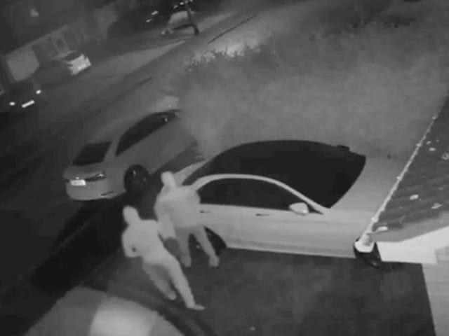 Mira cómo dos hakkereita roban un Mercedes en menos de minuto engañando al sistema de llave inalámbrica