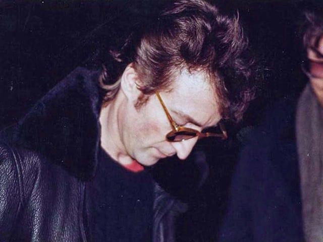 Esta es la última foto de John Lennon horas antes de su muerte. Le firma un autógrafo a su asesino