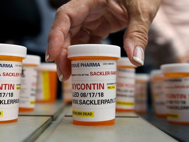 Nhà sản xuất OxyContin Purdue Pharma phải trả 270 triệu đô la khi giải quyết vụ kiện đầu tiên trong số 1.600 vụ kiện