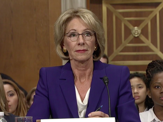 Betsy DeVos ยิ้มให้แน่นหลีกเลี่ยงคำถามเกี่ยวกับการบริจาคทางการเมืองและการโจมตีทางเพศ