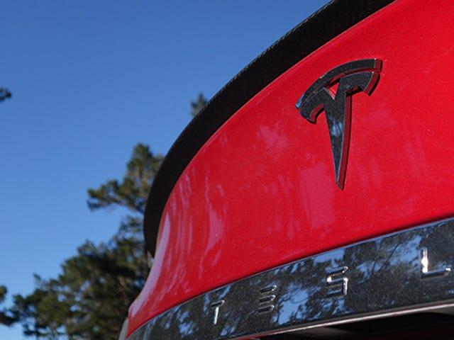 Tesla Ay Poached Higit pang mga Empleyado Mula sa Apple kaysa Anyplace Else
