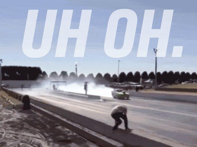 观看一个带有卡住油门的阻力赛车手沿着拖车的方向走错路