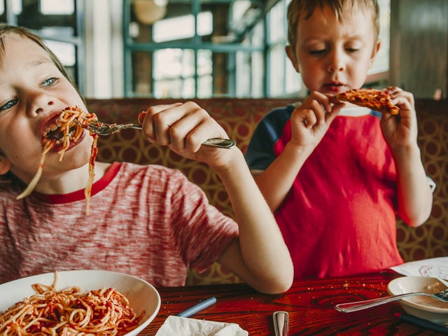 Stop med at lade dine børn vælge restauranten