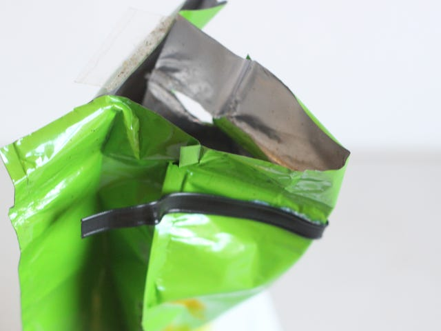 Сделайте крошечный носик на вашей кофейной сумке для легкой заливки