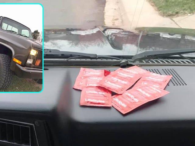 Faites savoir à tout le monde que votre voiture baise en affichant des préservatifs dans votre annonce de vente