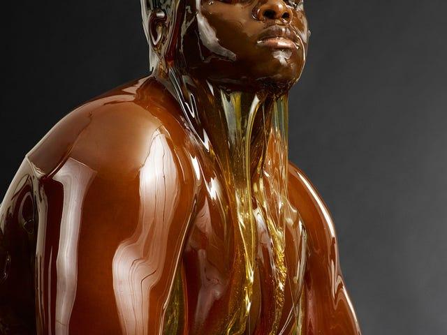 Fantastiske billeder af nøgne mennesker helt dækket af honning (NSFW)