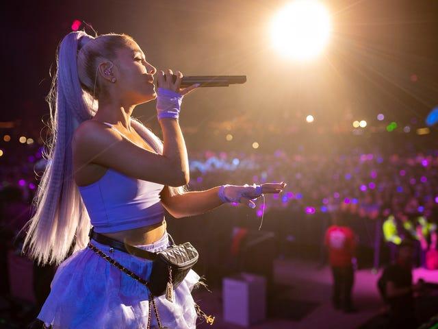 Ang ilang mga Idiot ay nagtatapon ng Lemon sa Ariana Grande Habang Naging Pagganap ng Coachella