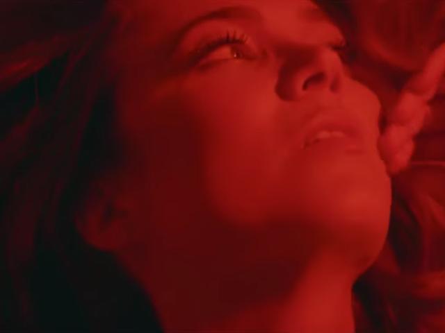 """Mandy Moore, 10 yıldaki ilk yeni şarkısını """"İzlemiyordum"""" yu yayınladı."""