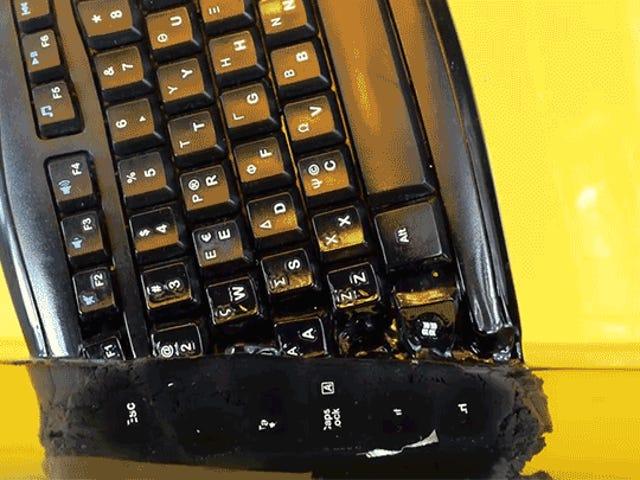 Ver cómo un teclado se derrite en la acetona es igual de repugnante y satisfactorio