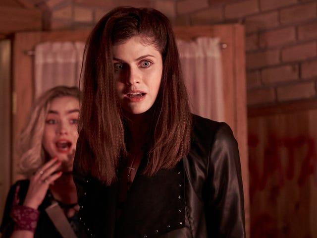 Alexandra Daddario hace que el sacrificio ritual satánico sea muy divertido