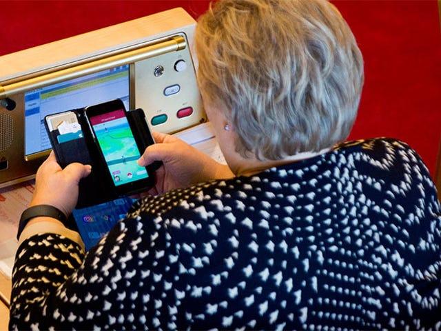 Le Premier ministre norvégien Busted joue au <i>Pokémon Go</i> au Parlement