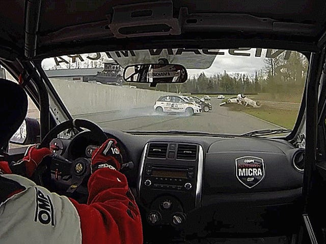 Nissan Micra Cup Race Bergeser Menjadi Pile-Up Chaotic Besar
