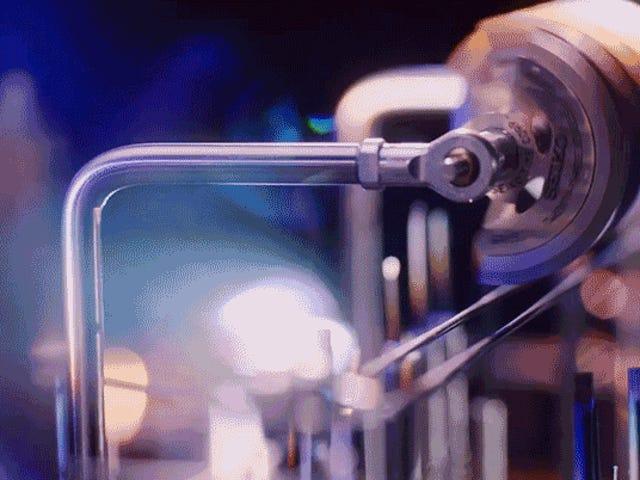 वॉच पार्ट्स से बनी दुनिया की सबसे नन्ही रब गोल्डबर्ग मशीन एक उत्कृष्ट कृति है