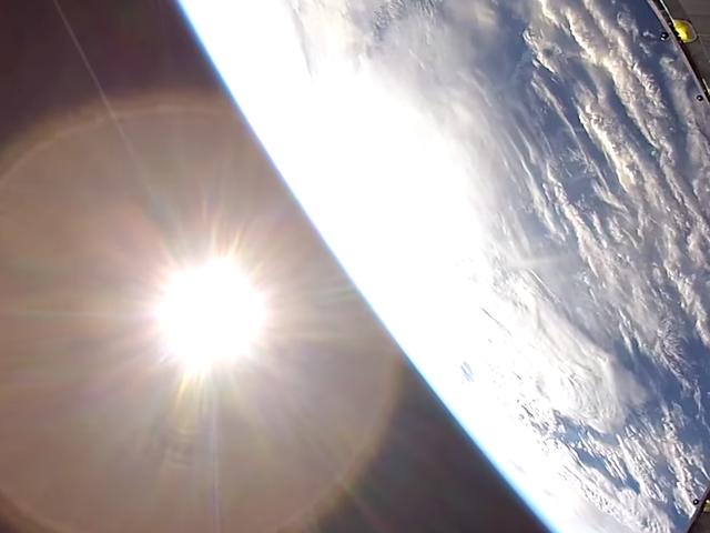 La caída extrañamente calmante de una GoPro desde la órbita