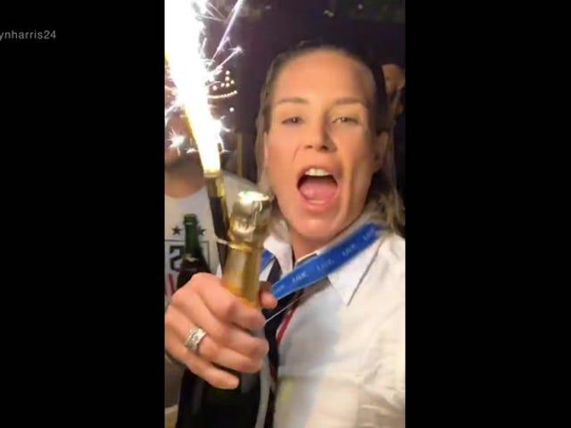 """Εδώ είναι κάθε φορά Ashlyn Harris είπε """"σκύλα"""" όπως το USWNT γιόρτασε τη νίκη του Παγκοσμίου Κυπέλλου"""