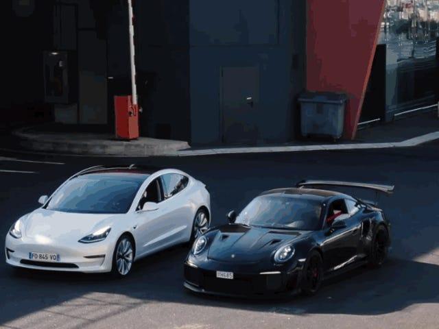 Tesla Model 3 tegen een Porsche 911 GT2 RS, wie wint er in een versnellingsrace?