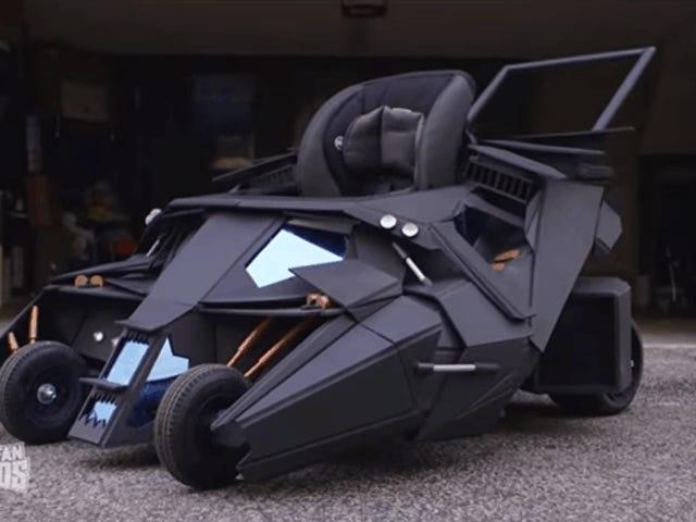 La poussette faite sur commande de bébé de Batmobile demande juste pour le problème