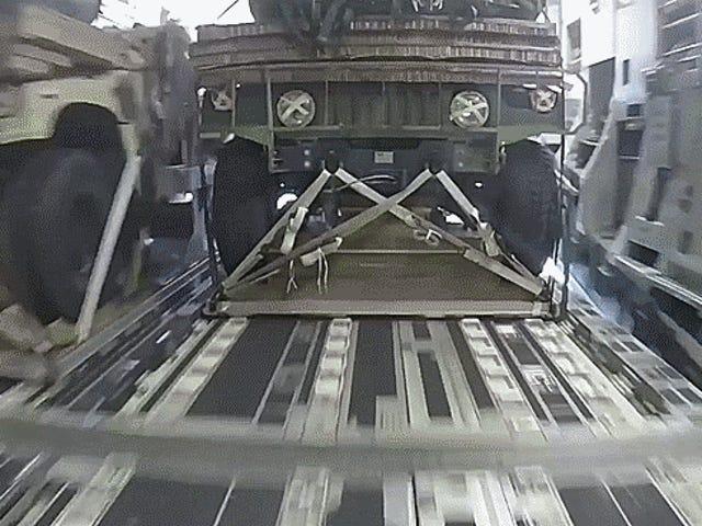 Παρακολουθήστε μια ομάδα Humvees πέσει από τον ουρανό