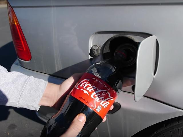 Ecco cosa succede quando riempi il serbatoio del gas di una macchina con la coca cola