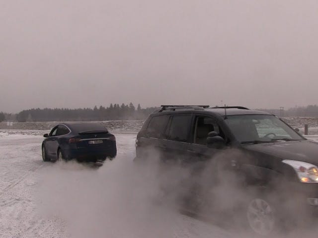 Tesla Model X vs Toyota Landcruiser. Tug of war.