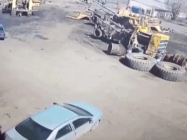 Nunca estaciones tu coche cerca de una rueda de tres toneladas que alguien ha dejado inflando