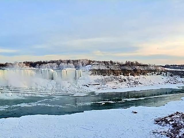 Una ola de frío ha congelado parte de las cataratas del Niágara, y las fotos parecen del fin del mundo
