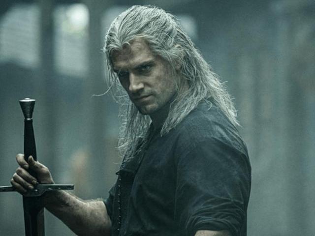 观看Netflix的The Witcher访谈的节目主持人Andrzej Sapkowski,该系列电影的原创作者