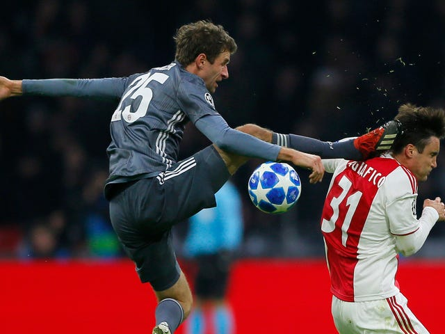 Thomas Müller fue expulsado por un oponente que patea karate Upside The Head Like A True Maniac