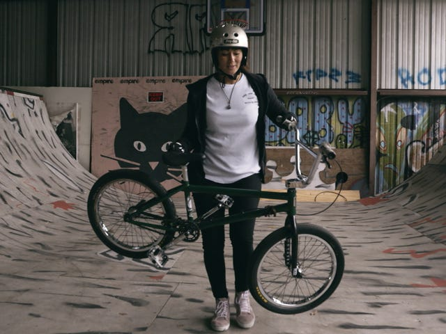 Panoorin ang BMX Rider Smash Gender Expectations