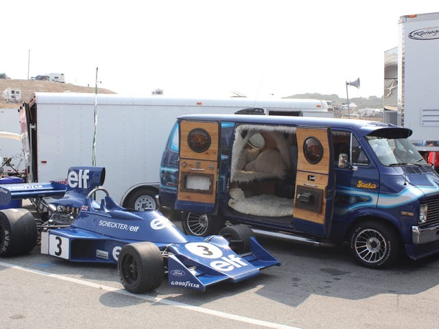 Den cooleste bil på Monterey Motorsports Reunion er denne Custom Van med en F1 bil