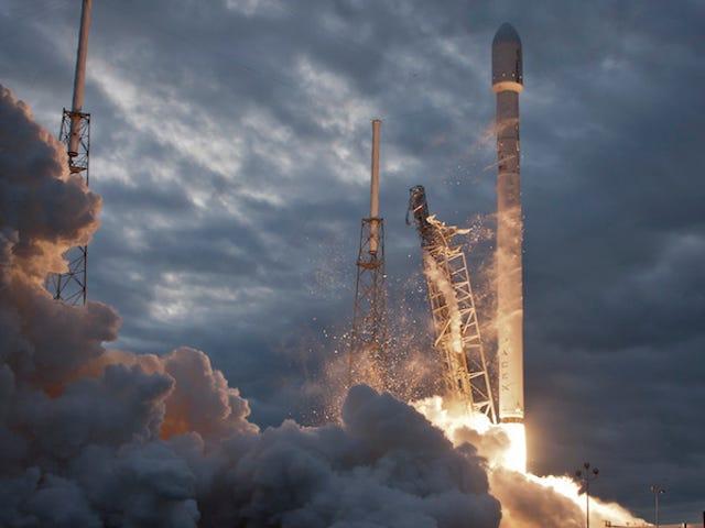 SpaceX sẽ cố gắng hạ cánh ba tên lửa cùng một lúc