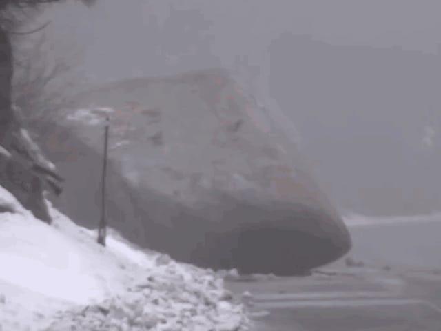 Αυτό είναι πώς αφαιρούν τεράστιους ογκόλιθους από τους δρόμους