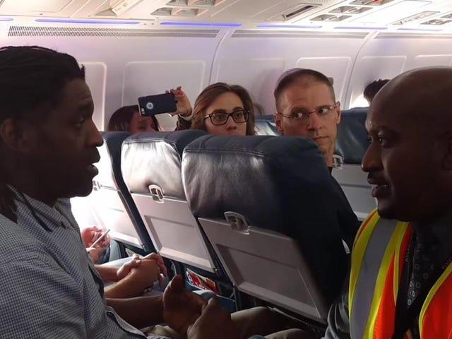 飛行機がタルマを待っている間、彼はトイレを使用していたので、デルタ航空を蹴った
