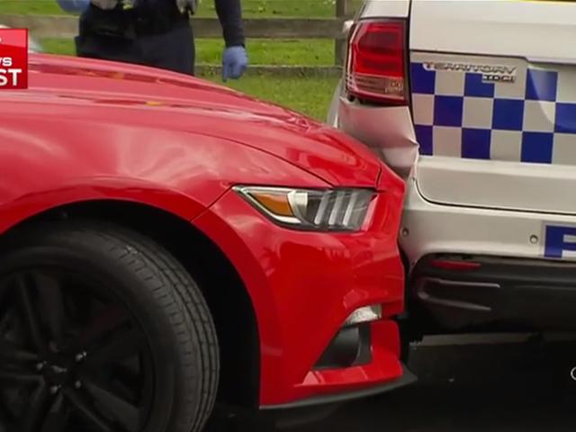 조직 도둑은 상인에게서 차를 훔친다, 머스탱과 램 경찰차