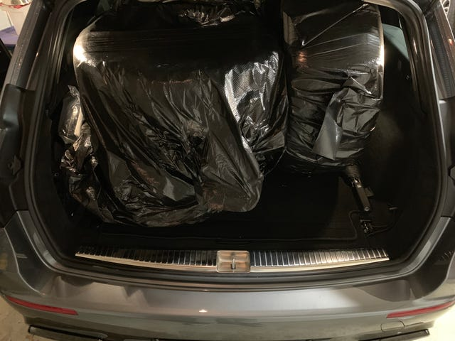 Случайный факт: четыре 20-дюймовые зимние шины помещаются в багажном отсеке универсала Е-класса 2018 года.