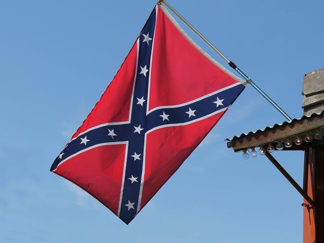 カリフォルニア州の教員が同僚の旗が教室にぶら下がっているのを見つけた後に去る