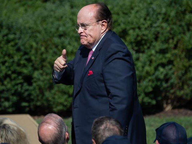 Masochist Rudy Giuliani fortsætter med at slå sig selv i bolde og hævder, at han har brug for den amerikanske ambassadør i Ukraine 'ude af vejen'