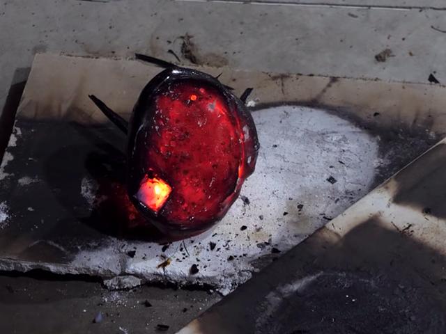 Esto es lo que pasa si echas lava sobre airgel,uno de losmaterialesmásligerosy resistentes del mundo